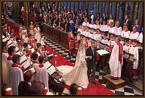 Kate wird von ihrem Vater zum Brutigam Prinz William gefhrt