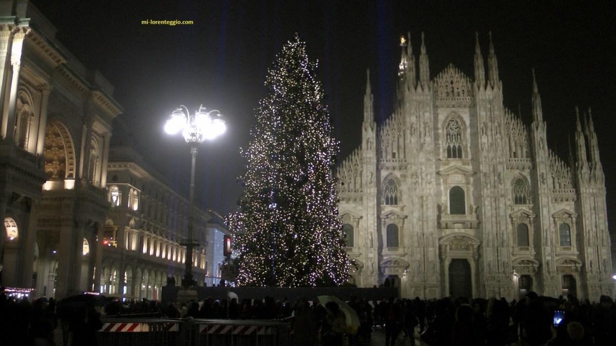 Albero Di Natale Milano.Albero Di Natale 2018 In Piazza Duomo A Milano Video Mi