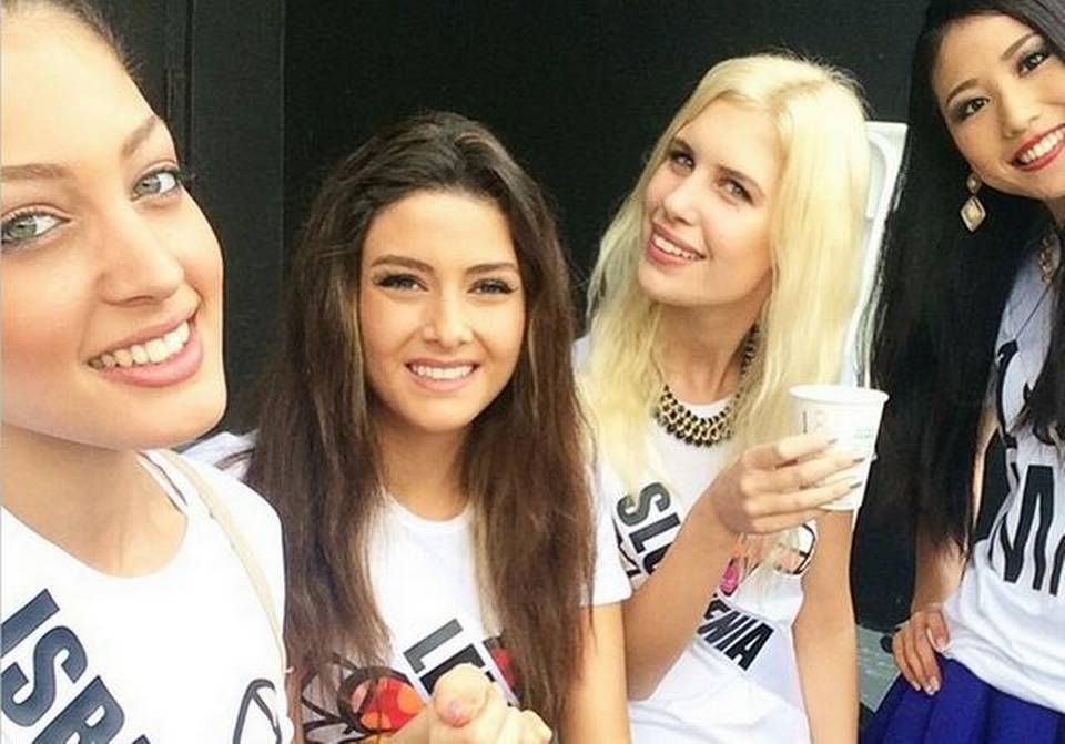 Miss Israel Doron Matalon, izquierda, tomó una foto con Miss Líbano Saly Griege, centro izquierda y subido la imagen a Instagram. INSTAGRAM