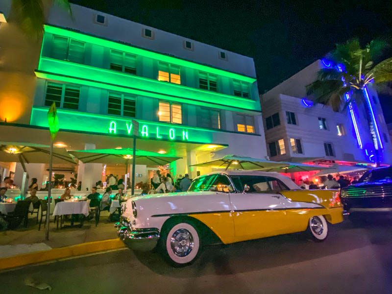 Ocean Drive in de avond met neon verlichting