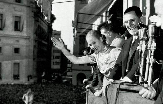 Evita y Perón saludan en el balcón de la Casa Rosada
