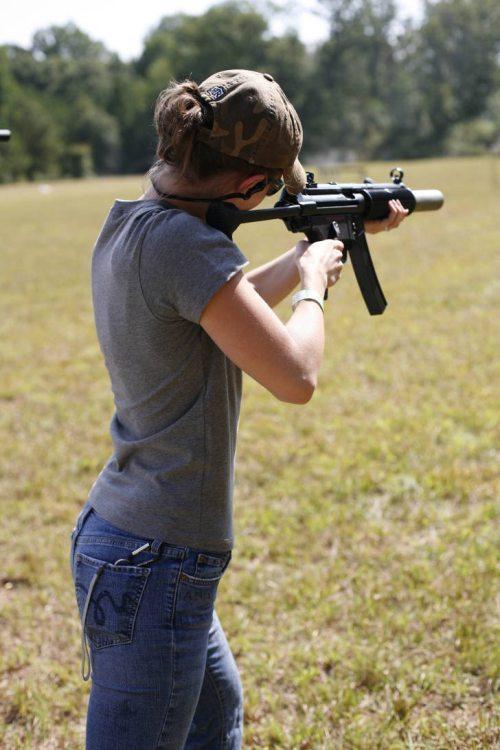 mujer y arma6