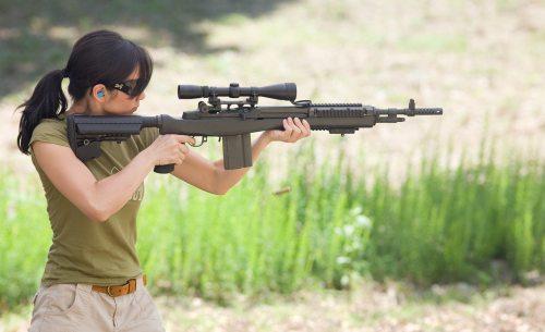 mujer y arma7
