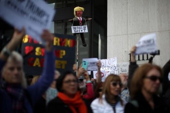 """אנשי """"הסדר החדש"""" - דמוקרטים המקדשים את ערכי הליברליזם והפלורליזם - יצאו לרחובות אמריקה במחאת ענק כנגד אנשי """"הסדר הישן""""(צילום: רויטרס)"""