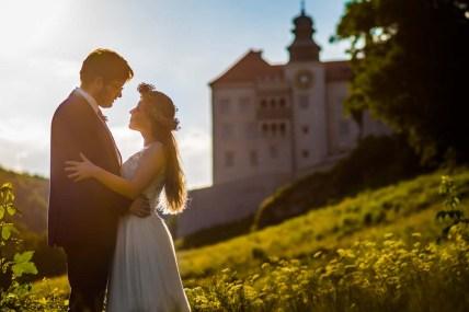 Zamek w Pieskowej Skale, pieskowa skała, plener ślubny, zdjęcia ślubne w zamku, sesja plenerowa w zamku na Pieskowej skale, zdjęcia ślubne, fotograf łódź, fotografia ślubna łódź, sesja ślubna w plenerze łódź, romantyczna sesja ślubna, namiętna sesja ślubna, zmysłowa sesja ślubna, miłość, uczucia, emocje, gesty, bliskość, relacja, państwo młodzi, para młoda,
