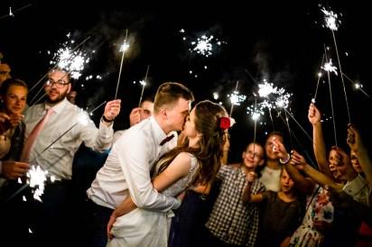 ślub, zdjęcia ślubne, ceremonia ślubu, detale, fotograf Łódź, zdjęcia ślubne Łódź, ślub w drewnianym kościele, suknia ślubna, welon, drewniany kościółek, mały kościółek, klimatyczny kościółek, stary drewniany kościół, w starym drewnianym kościele, konfetti, zimne ognie, sparklers, pocałunek
