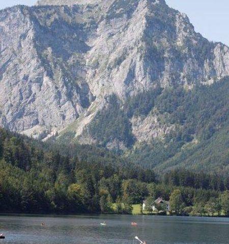 על שפת הנחל בארץ האגמים