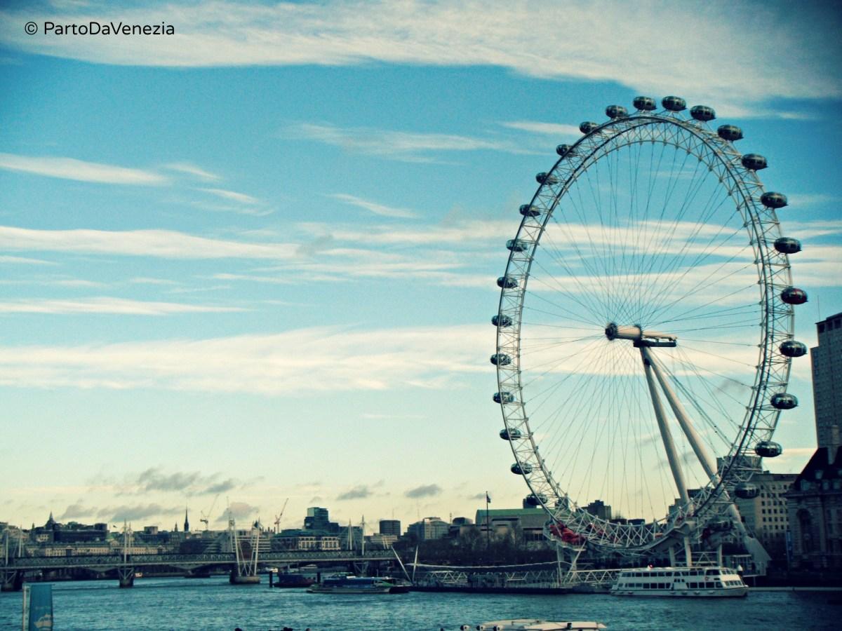 Salire sul London Eye di notte