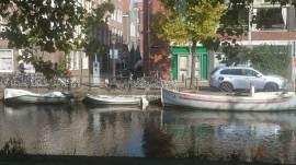 Diversas bicicletas, dois barcos, um carro. Assim é a vida na Holanda.