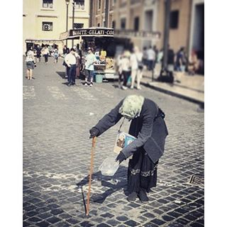 Gypsy Woman #chebellaroma #roma #italy #gypsy #portrait #beggar