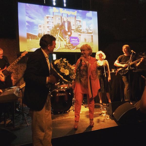 Willeke Alberti zingt Sjuul toe. (Foto: Kamran Ullah.)