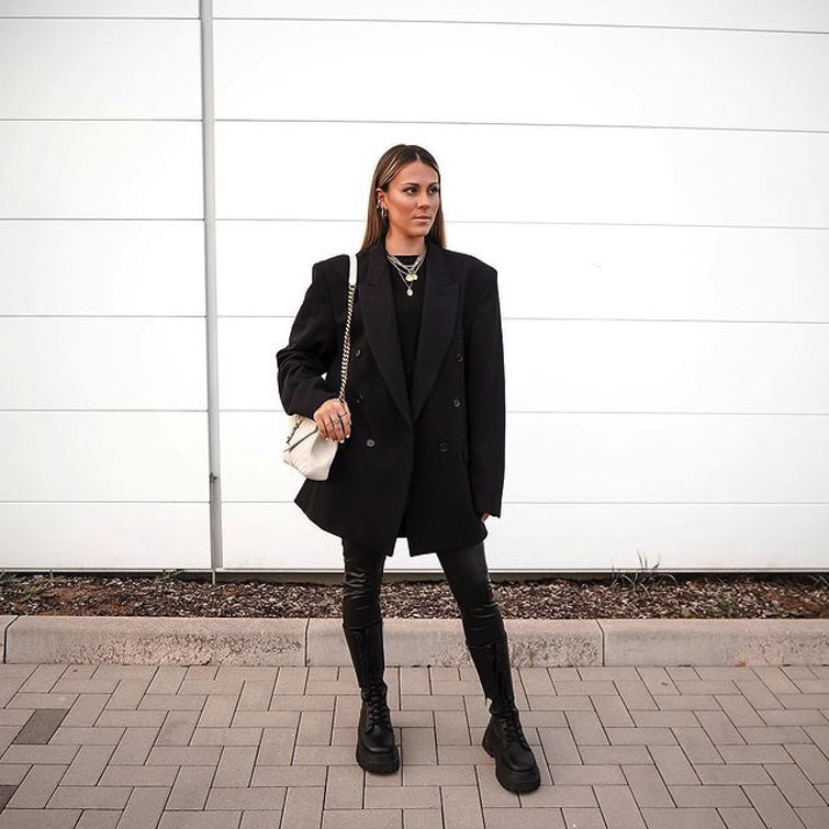 Frau trägt Schulterpolster