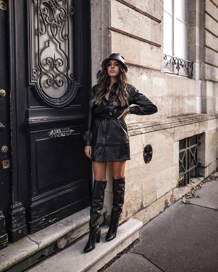 Frau trägt Total-Leder-Look
