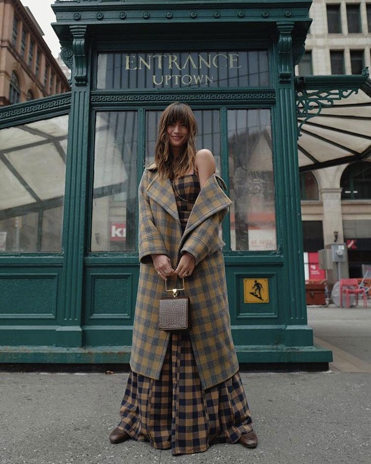 Frau mit langem Mantel