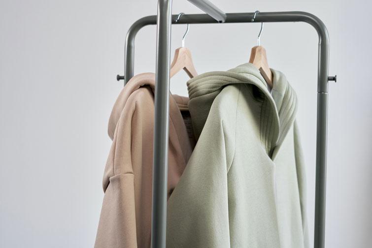 Vêtements sur un dressing correspondant à une garde-robe capsule pour l'hiver