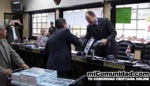 Diputados evangélicos luchan para evitar que saquen a Dios de Costa Rica