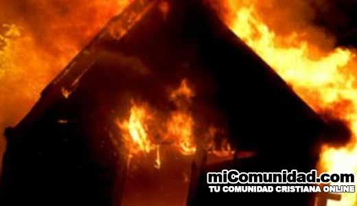 Cristianos alaban a Dios a pesar que sus iglesias son quemadas