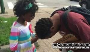 Foto de niña orando por indigente se vuelve viral