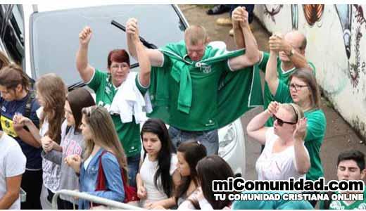 Hinchas del club Chapecoense se unen para orar por víctimas del accidente aéreo