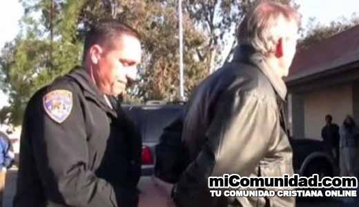 Cristiano preso por leer la Biblia en público es liberado