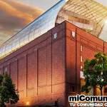 """WASHINGTON, EE.UU.- El mayor museo de la Biblia del mundo se inaugurará este año en Washington, capital de Estados Unidos. Con ocho pisos (inversión de 500 millones de dólares), el edificio se encuentra en la principal avenida de la ciudad, a una distancia de tres cuadras del Congreso. Tendrá como vecinos algunos de los museos más importantes del mundo, como el Smithsonian y el Museo Espacial. Construido por iniciativa del multimillonario Steve Green, dueño de la red de tiendas Hobby Lobby, inicialmente alojaría sólo la colección de reliquias bíblicas pertenecientes a la familia. Pero la idea ganó el apoyo de grupos cristianos y ahora será hogar para cerca de 40 mil artefactos bíblicos y religiosos de todo el mundo, incluyendo desde partes de los Pergaminos del Mar Muerto hasta la """"Biblia Lunar"""" – la primera Biblia en viajar en el espacio. En construcción desde 2015, se concluirá en el segundo semestre de este año. """"El objetivo es mostrar a las personas las muchas maneras en que la Biblia ha afectado a nuestra sociedad, no sólo la historia, sino también los derechos civiles, la justicia social y hasta la moda"""", enfatiza Steve Bickley, vicepresidente de marketing del museo, en una entrevista con Fox News. A lo largo de unos 150 mil metros cuadrados, el lugar pretende ofrecer una """"experiencia de inmersión para personas de todas las religiones, o incluso sin ninguna fe, y aquellos que nunca ni siquiera tomaron una Biblia"""", reitera Bickley. La familia de Steve Green poseía la mayor colección privada de textos y artefactos bíblicos del mundo. Pero ante los sucesivos ataques a la libertad religiosa durante el gobierno de Barack Obama, decidieron exponer todo lo que tenían como forma de defender su fe. Esto también influenció la elección del lugar, ya que se encuentra cerca de la Casa Blanca. Para los críticos que vienen diciendo que el Museo de la Biblia defiende sólo el punto de vista de una religión, Bickley recuerda que ellos establecieron una asociación con la Autorid"""