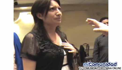 Mujer testifica que Dios hizo crecer su seno después que pastor oro por ella