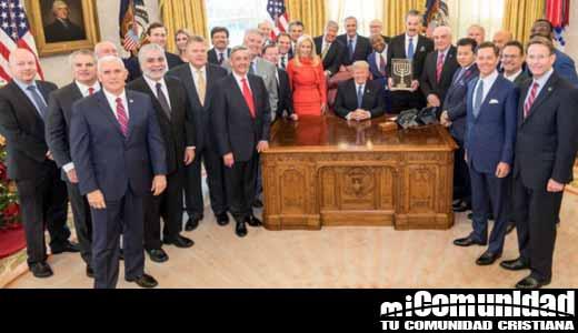 Líderes evangélicos oran con Trump en la Oficina Oval y le presentan el premio 'Amigos de Sión'