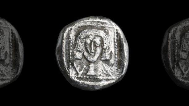 Moneda de plata rara del siglo IV aC, una de las más antiguas jamás descubiertas en el área de Jerusalén. (Foto: Clara Amit, Autoridad de Antigüedades de Israel)