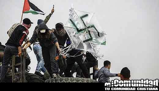 Palestinos vuelan cometa esvástica con bomba de gasolina a través de la frontera de Gaza hacia Israel