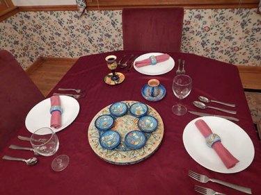 Recreación de un Seder de Pascua por el autor. En esta imagen, el lugar de Elijah está en la cabecera de la mesa con la taza pintada de Elijah que lleva su nombre en hebreo, Eliyahu, lleno de vino. Foto: Henry Curtis Pelgrift.