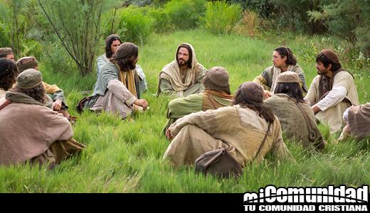 Jesus sentado en la grama con sus dicipulos
