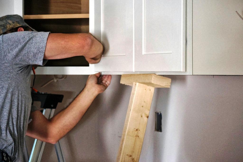 6 pasos para colgar gabinetes de cocina  ConstruGua al da