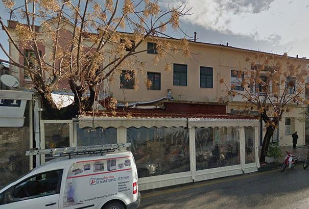 perros-callejeros-dormir-cafeteria-hott-spott-grecia-1