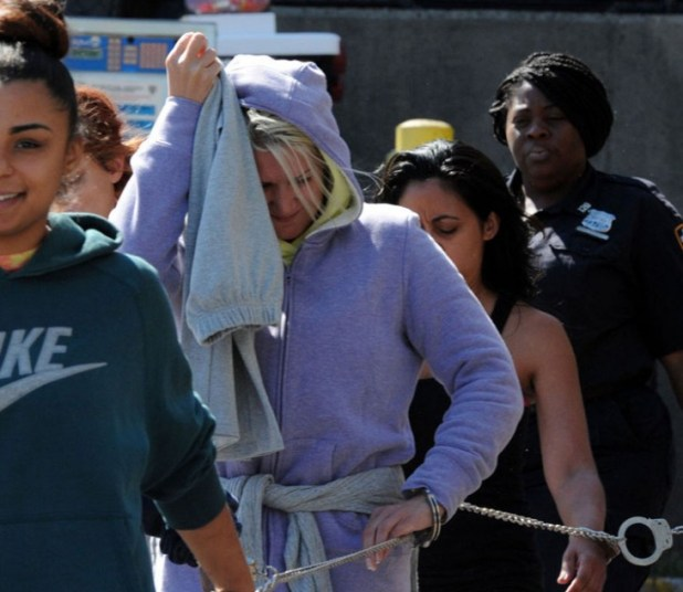 Arrestan-mujer-por-lanzar-a-un-perrito-desde-su-coche-8-730x633