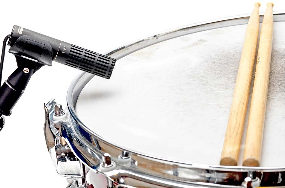 Using a microphone with a snare can be tricky