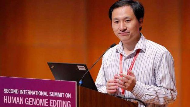 Immagine del biofisico He Jiankui mentre dichiara della nascita delle gemelle geneticamente modificate.