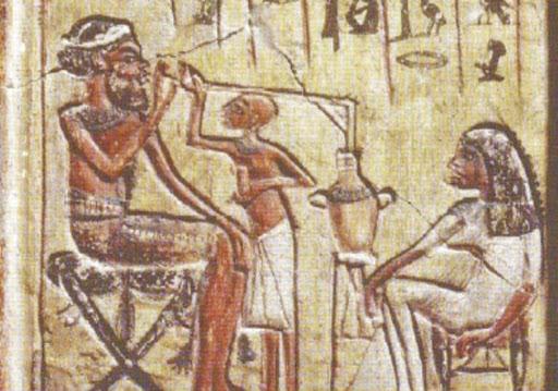 Persone bevono birra con cannucce di paglia da recipiente comune