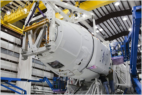 La Dragon CRS1 siendo unida a su lanzador - NASA