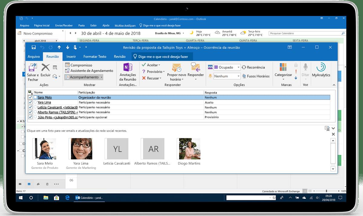 Um tablet exibe o acompanhamento e encaminhamento de RSVP no Outlook