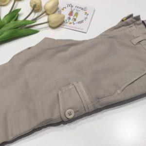 pantalon chino con bolsos laterales