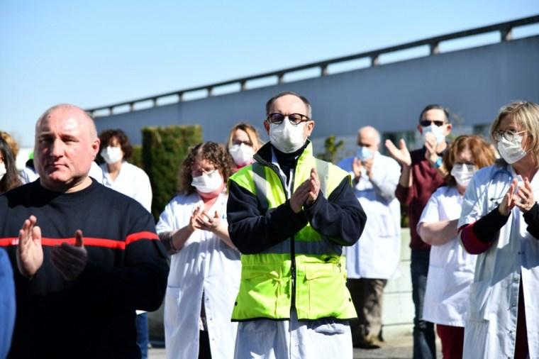 Le personnel de l'hôpital de Compiègne rend hommage au premier médecin décédé du COVID-19 en France, le docteur Jean-Jacques Razafindranazy, le 23 mars 2020 (AFP)