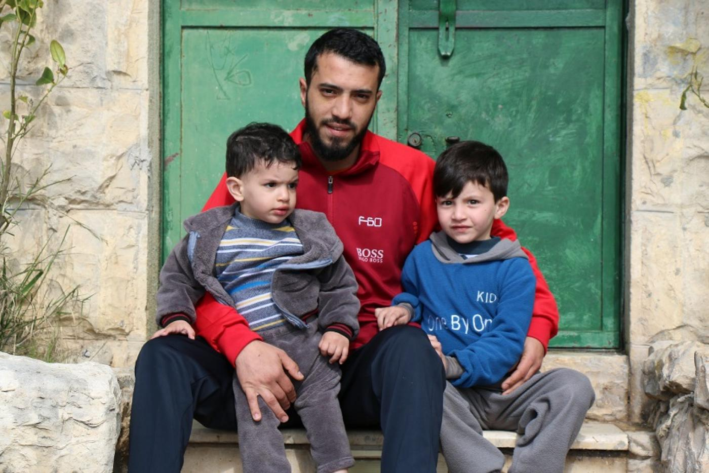 Abdel Qader Abou Srour et ses deux jeunes garçons (MEE/Akram al-Waara)
