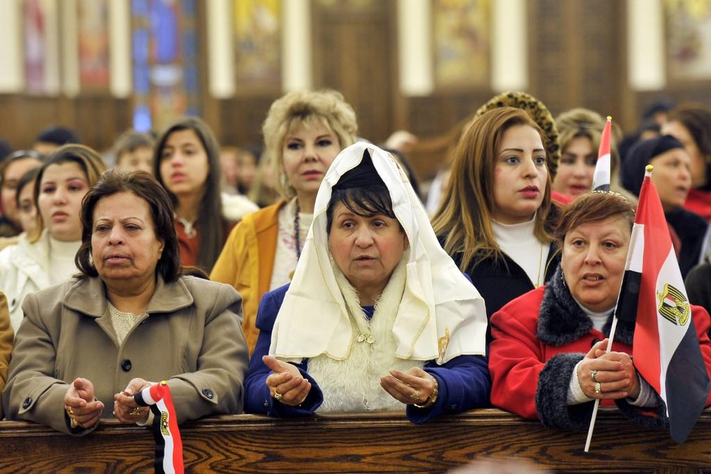 Des fidèles orthodoxes coptes assistent à la messe de la veille de Noël en la cathédrale de la Nativité du Christ, le 6janvier2020 (AFP)