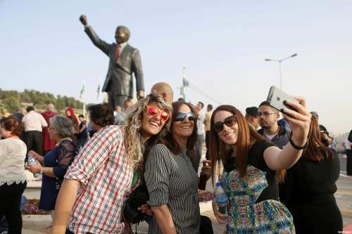 Palestinians take part in ceremony to unveil a sculpture of Nelson Mandela in Ramallah, on April 26, 2016
