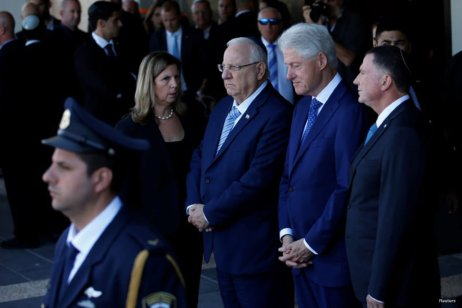 Former U.S. President Bill Clinton (2nd R) stands with Israeli President Reuven Rivlin (C) and Knesset speaker Yuli Edelstein (R) next to the flag-draped coffin of former Israeli President Shimon Peres, as he lies in state at the Knesset plaza, the Israeli parliament, in Jerusalem September 29, 2016. REUTERS/Ronen Zvulun