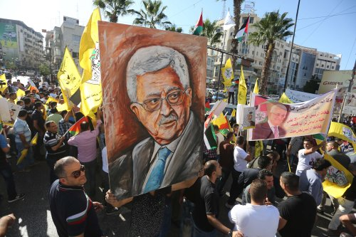 Supporters of the Fatah movement stage a demonstration in support of Palestinian President Mahmoud Abbas on 4 October 2016. [Anadolu Agency/Issam Rimawi]