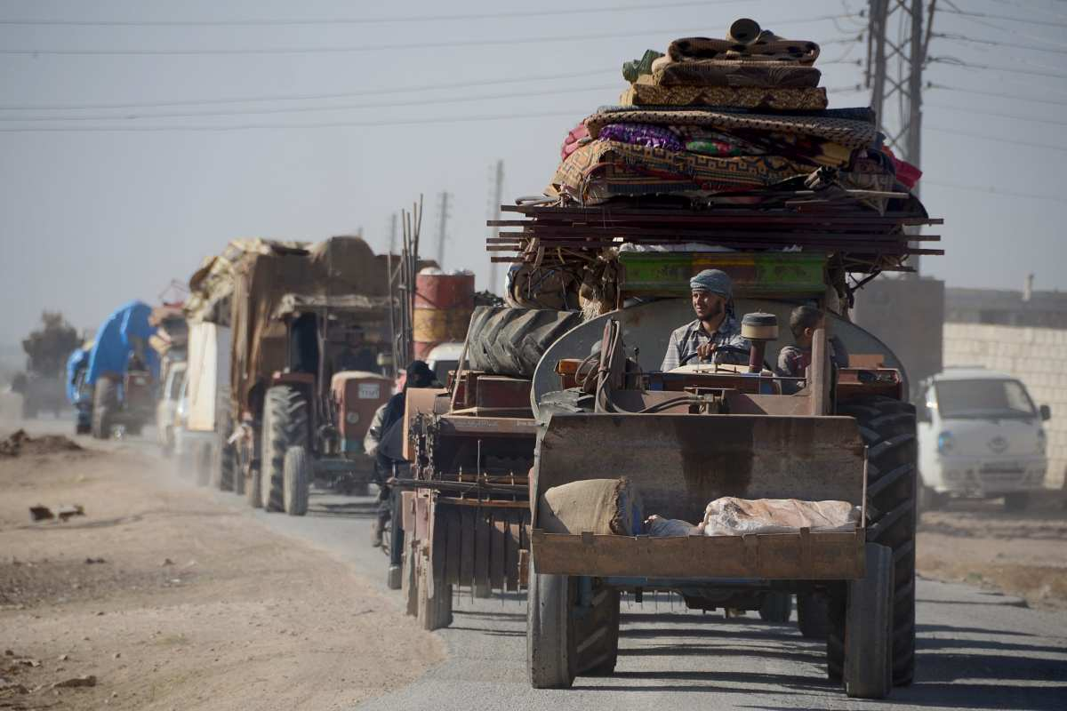 Civilians flee to opposition controlled safe zones in Aleppo, Syria on October 06, 2016. [Hüseyin Nasır/Anadolu Agency ]