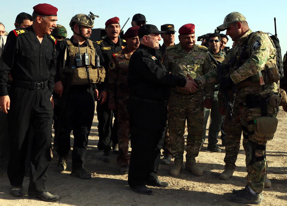 Iraqi Prime Minister Haider al-Abadi (C) talks with Iraqi soldiers during the operation to retake Iraq's Mosul from Daesh [Pool / Iraqi Prime Ministry Press Office - Anadolu Agency]