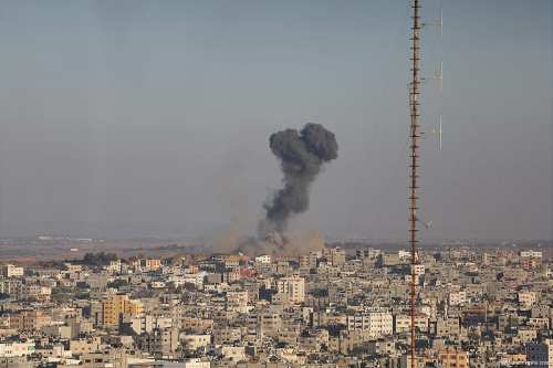 Image of smoke rising in Gaza from Israeli airstrikes [Apaimages]
