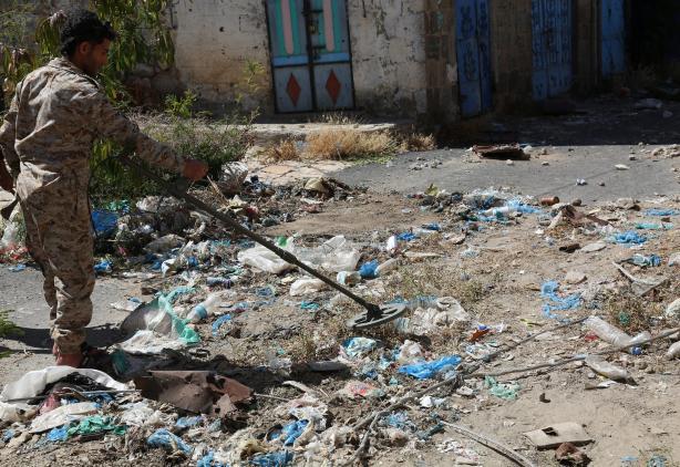 TAIZ, YEMEN - NOVEMBER 17: Popular Resistance forces, supporting forces loyal to Yemen's President Abedrabbo Mansour Hadi patrol around the Ecahmiliye neighborhood in northern Taiz, after seizing the neighborhood from Houthis on November 15, 2016. ( Abdulnasser Alseddik - Anadolu Agency )